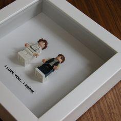 Je t'aime je sais Art cadre caractéristique deux LEGO® Star Wars® minifigures, Han Solo et la Princesse Leia avec la citation célèbre: «Je t'aime... Je sais que  sous.  Cest le cadeau parfait pour toute occasion : cadeau danniversaire, cadeau, cadeau anniversaire, cadeau de Saint Valentin, cadeau de graduation, de mariage juste parce que Don. Populaire auprès des fans des films de Star Wars ® et des amateurs de LEGO ®. Un impressionnant cadeau pour cette extraordinaire ringard quelquun…