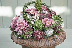 Verspielt-romantisch wirken diese Blüten-Bälle, gebunden aus Heidezweigen mit Draht, ausgeformt mit Moos, Buchsbaum und Hortensien.
