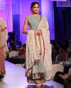 Manish Malhotra - plain w heavy dupatta (tres elegant) India Fashion, Ethnic Fashion, Girl Fashion, Fashion Outfits, Indian Look, Indian Wear, Indian Dresses, Indian Outfits, Indian Clothes