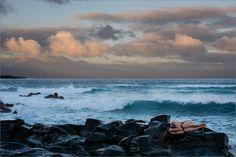 Wettertechnisch gleicht diese Woche auf Lanzarote der Islandwoche vom letzten Jahr: Kälte, Sturmwind, Nieselregen, rote Sonnenuntergänge und Sandwolken. Jeder Tag ist anders und bietet neue Überraschungen. Zwischendurch hat es aber auch tropisch anmutende Lichtstimmungen (die kalten Temperaturen sieht man ja nicht auf dem Bild :-)). Tropical Lanzarote - Anuschka on the Island of Lanzarote