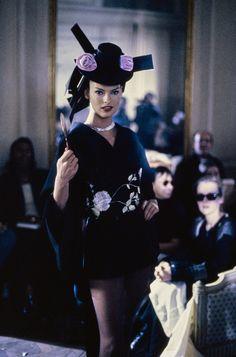 John Galliano Fall 1994 Ready-to-Wear Fashion Show - Linda Evangelista John Galliano, Galliano Dior, Linda Evangelista, Fashion Photo, High Fashion, Fashion Beauty, Timeless Fashion, Dior Haute Couture, Couture Fashion