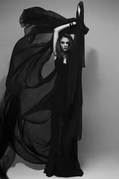 Noir - Photography - Black and White - Editorial - Fashion - Couture - Pose Idea - Posing Inspiration
