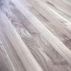KÄSINTEHDYT YKSITYISKOHDAT | HANDMADE DETAILS Kauniit puunsyyt pöytätasossa | Beautiful wood grains on a table top  #pohjanmaan #pohjanmaankaluste #käsintehty