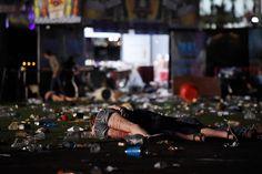 October 3, 2017 遇害者倒在拉斯维加斯枪击案现场,美国内华达州。这是美国历史上伤亡最惨重的枪击事件,目前已造成至少59人死亡、527人受伤。当地警方于22时08分接到报警,随后确认枪手位于曼德勒海湾酒店32楼,警方进入房间后发现枪手已自杀身亡,房间内发现19支步枪。摄影师:David Becker