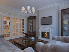 Даже в панельном доме можно обустроить изысканные апартаменты в классическом стиле. Поместите лепнину, канделябры и картины на нейтральный фон, добавьте изящную мебель – и все получится! …