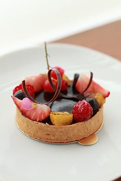Art de la table : Tartelette au chocolat et fruits rouges