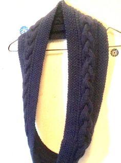 久しぶりに編み物に挑戦してみました。 ハマナカさん出版「超初心者でも編める!棒針編みのマフラー・帽子・ミトン」を参考にしました。 段数を減らして細かいケーブルを編んだり、増やしてゆったりとしたケーブルを編んだりアレンジが楽しめる作品です(^ ^)