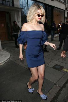 Wie kombiniere ich ein blaues Kleid mit Schuhen #Kleid #blauesKleid #Schuhen
