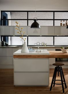 Get the modern look in your kitchen with the Howdens Contemporary Collection. Integrated handles for sleek and modern look. Kitchen Booths, Modern Kitchen Tables, Loft Kitchen, Modern Kitchen Island, Modern Kitchen Cabinets, Kitchen Interior, Kitchen Decor, Kitchen Ideas, Kitchen Units