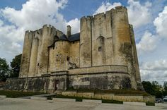 I open this thread to show the beauty of France's castles; you can also post photos J' ouvre la thread de montrer la beaute de Chateaux de france; Abandoned Houses, Abandoned Places, Poitou Charentes, France, Mount Rushmore, Around The Worlds, Camping, Mountains, Castles