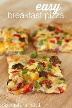 Easy Breakfast Pizza Recipe on http://SixSistersStuff.com - perfect for brunch or even for a quick dinner!