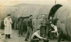 Mi tio tenia un taller donde construian depositos para almacenar aceite de oliva. No tengo la fecha pero creo que tambien pertenece a los 50. Mi tio Joaquin es el que está en la parte de atrás apoyado en el depósito, mi primo uno guapísimo, esta soldando con una careta en la mano de pie. Linares (Jaén), 1955.