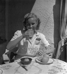 Frau trinkt Orangensaft Joachim Krack/Timeline Images #Erfrischung #Durst #Getränk #trinken #Drinks #drink #hot #summer #thirsty #durstig #historisch #historical #traditional #traditionell #retro #nostalgic #Nostalgie #Sonne #Kaffee
