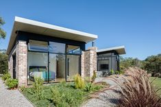 A Granny Flat Doesn't Need to Be a Caravan-Sized Blob in the Backyard Small Modern House Plans, Contemporary House Plans, Studios Architecture, Modern Architecture, Small Beach Cottages, Compact House, Suburban House, Concrete Houses, Facade House
