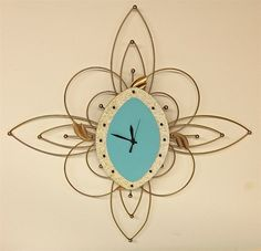 Vintage Metal Wire Kitchen Wall Clock / by TruetiquesInc. Absolutely love this Mid Century Modern turquoise and gold starburst clock Radios, Mid Century Modern Bedroom, Mid Century Modern Furniture, Retro Pink Kitchens, Atomic Decor, Vintage Decor, Vintage Clocks, Kitchen Wall Clocks, Cool Clocks