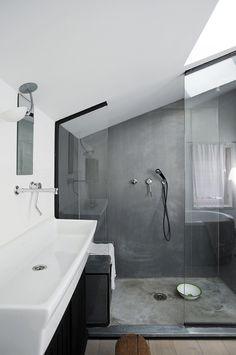 Karine och Matthieu var på det klara med att de absolut inte ville ha kakel i badrummen så istället blev det en mix av lackade parkettgolv, putsad betong och vitmålade väggar. Badkaret är inbyggt i en âÂ?Â?lådaâÂ?Â? av plywood som är täckt med en plåt av patinerad zink. Sovrummet fungerar även som kontor för Karine. Sängöverkastet kommer från Le CafÃ?© Chinoise nära Place des Vosges , lampan från habitat, nattduksbordet är en Dogon stool från Afrika. Kuddar na är klädda i hampatyg.