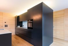 Küchendesign MDF schwarz und Weißtanne Wandverkleidung. Küchen Design, Bathroom Lighting, Divider, Mirror, Furniture, Home Decor, Black Glass, Kitchen Black, Decorating Kitchen