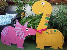 Os presentamos nuestros preciosos dinosaurios para fiestas y decoraciones. Se trata de piezas realizadas en parte con materiales reciclados, de brillantes colores y gran tamaño. Se mantienen en pie gracias a unas cuñas de cartón. Son ligeros y muy seguros para nuestros pequeñines.Nuestro simpático diplodocus mide 1,5m de altura, más alto de que la mayoría de niñ@s de 4 años. Esta parejita está disponible en alquiler, pero si queréis que os fabriquemos un dinosaurio personalizado, no hay… Dinosaur Stuffed Animal, Toys, Animals, Ligers, Card Stock, Recycled Materials, Dinosaurs, Decorations, Thanks