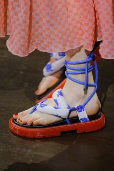 Kenzo Spring 2019 Ready-to-Wear Fashion Show Details: See detail photos for Kenzo Spring 2019 Ready-to-Wear collection. Look 34 Moda Fashion, Fashion Shoes, High Fashion, Fashion Women, Fashion Dresses, Crazy Shoes, Me Too Shoes, Sock Shoes, Shoe Boots