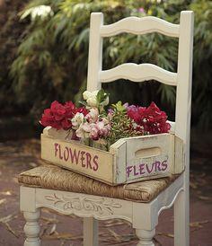 A simples caixa de madeira usada para transportar frutas em mercados ficou mais charmosa customizada e cheia de flores