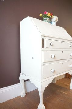 Vintage Desk Restoration wirth chalk paint to create a shabby chic desk. Writing Bureau, Shabby Chic Desk, Old Desks, Dresser As Nightstand, Chalk Paint, Cycling, Restoration, Lounge, Table