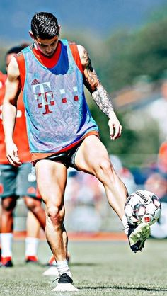 James Rodríguez American Football Players, Rugby Players, James Rodriguez, Football Celebrations, Soccer Guys, Rugby Men, Toni Kroos, Sports Stars, Hollywood Male Actors