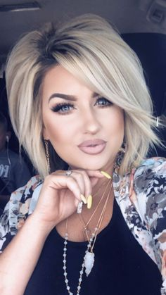 Nails, makeup and voluminous hair Mom Hairstyles, Pretty Hairstyles, Medium Hair Styles, Short Hair Styles, Voluminous Hair, Corte Y Color, Short Hair Cuts, Big Short Hair, Hair Affair