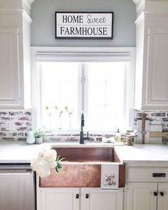 60 fancy farmhouse kitchen backsplash decor ideas - Love this brick backsplash Rustic Kitchen Sinks, Copper Farmhouse Sinks, Farmhouse Kitchen Cabinets, Modern Farmhouse Kitchens, Country Kitchen, New Kitchen, Home Kitchens, Kitchen Backsplash, Backsplash Design