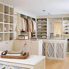 Vestidor amplio sin puertas con estantes, armarios, barras e islas
