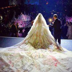 Dare to be different#lebaneseweddings #instagram  ▪Wedding dress : Elie saab #eliesaabworld. ▪Wedding venue : Biel beirut. ▪Wedding planner : Caractere #caractere_events. ▪Photographer : Candid image #candid.image.  #lebaneseweddings