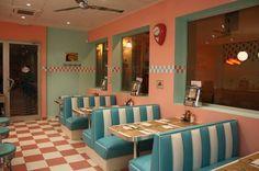 Un revival de las cafeterias de los años 50 decorada con colores rosa ...