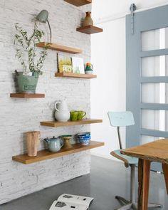 Porte coulissante, chaise de bureau et étagères, gris bleu et bois clair