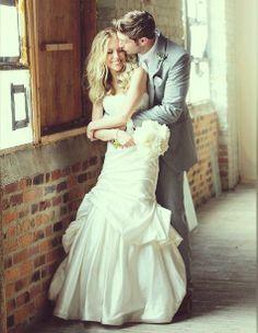 Kristin Cavallari- Jay Cutler: Μετά από ένα διαλυμένο αρραβώνα κι ένα μωρό, η πρώην σταρ του reality show The Hills, Kristin Cavallari, παντρεύτηκε στις 8 Ιουνίου τον παίκτη των Chicago Bears, Jay Cutler. Η τελετή πραγματοποιήθηκε στο Nashville και η νύφη την περιέγραψε, στο αμερικάνικο PEOPLE σαν απλή, ζεστή και παρεϊστικη. Από τον γάμο δεν μπορούσε να λείπει ο γιος τους Camden, ο οποίος έφτασε στο ιερό μέσα σε ένα βαγονάκι το οποίο έσπρωχναν δύο παρανυφάκια.