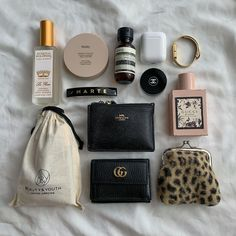 What In My Bag, What's In Your Bag, My Bags, Purses And Bags, Inside My Bag, What's In My Purse, Purse Essentials, Make Up Inspiration, Makeup Pouch