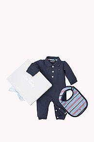 My Tommy Hilfiger NYE Baby's allereerste Tommy Hilfiger cadeautasje. Bevat twee rompertjes met lange mouwen - een met een gestreept patroon, de andere met opdruk op de borst. Gemaakt van een comfortabel katoenmengsel, zit in een cadeautasje. Tommy Hilfiger vlaggetje op de hals.
