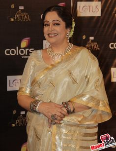 Kiron Kher- epitomising Saree and Indian jewellery. Description by Pinner Mahua Roy Chowdhury. Indian Bridal Wear, Indian Wear, Indian Beauty Saree, Indian Sarees, Golden Saree, Plain Saree, Indian Bollywood Actress, Kanchipuram Saree, Elegant Saree