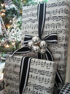 Noter på presentpappret. Åh, vad snyggt! Det får nog bli något i den stilen till jul.