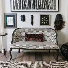 fabric on settee by seema krish by geoffreydesousa Contemporary Design, Modern Design, Estilo Interior, African Interior, Black And White Fabric, Atlanta Homes, Take A Seat, Settee, White Fabrics