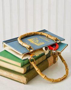 Diy libro bolso ¿Reciclar libros? ¿Porqué no? Los libros nos ayudan a imaginar e imaginando podemos hacer cosas muy divertidas, como este bolso libro.