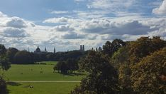 O Jardim Inglês, Englischer Garten em alemão, é o maior parque urbano da Alemanha, repleto de muita natureza e tradições bávaras.