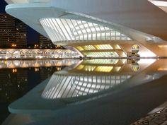 Foto do site da Cidade das Artes e das Ciências A cidade das artes e das ciências em Valência, Espanha, é um projeto do arquiteto e engenheiro da cidade, Santiago Calatrava, conhecido por suas estr…