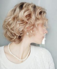 Как ухаживать за вьющимися волосами Lady, Fashion, Moda, Fashion Styles, Fashion Illustrations