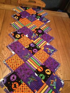 You have to see Halloween Table Runner on Craftsy! - Looking for quilting project inspiration? Check out Halloween Table Runner by member - via Halloween Quilts, Halloween Crafts, Holiday Crafts, Halloween Decorations, Halloween Quilt Patterns, Halloween Sewing Projects, Easy Halloween, Table Decorations, Table Runner And Placemats