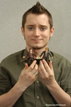 THIS!!! Elijah Wood, Frodo Baggins. His expression .... and the Sam figure...  I just... the feels