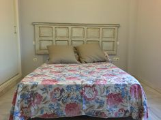 Cabecero de cama realizado con puerta antigua, restaurada  y tratada