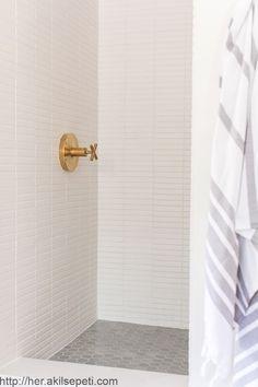 Beautiful bathroom decor a few ideas. Modern Farmhouse, Rustic Modern, Classic, light and airy master bathroom design a few ideas. Bathroom makeover some ideas and bathroom remodel a few ideas. Diy Rustic Decor, Modern Decor, Rustic Design, Modern Rustic, Modern Farmhouse, Chic Bathrooms, Modern Bathroom, Bathroom Ideas, Bathroom Stuff