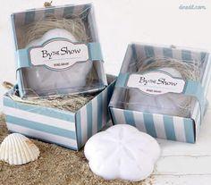 Original jabón con forma de concha presentado en estuche y decorado con rafia y etiqueta colgante personalizada.