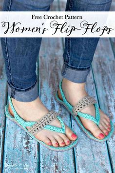 Women's Crochet Flip-Flops - These comfy Flip-Flop Slippers feature a thick felt sole and are made with stretchy, comfy T-shirt yarn! Crochet Booties Pattern, Crochet Sandals, Crochet Slippers, Crochet Patterns, Knitted Slippers, Crochet Gratis, Free Crochet, Tshirt Garn, Crochet Flip Flops