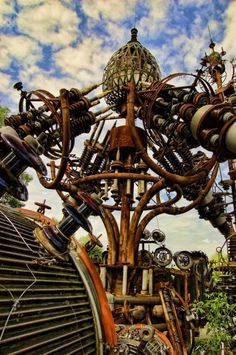 Dr. Evermor's Forevertron, built in the 1980s, is the largest scrap metal sculpture in the world, standing 50 ft. (15,2 m.) high and 120 ft. (36,5 m.) wide, and weighing 300 tons.