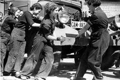 Colaboración de las mujeres en el parque móvil de Barcelona, durante la Guerra Civil en 1937 Archivo de ABC
